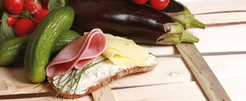 Eine Schnitte mit Schinken und Gemüse.