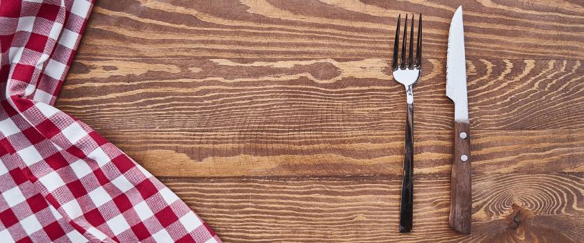 Messer und Gabel auf Tisch bei 5 zu 2 Diät