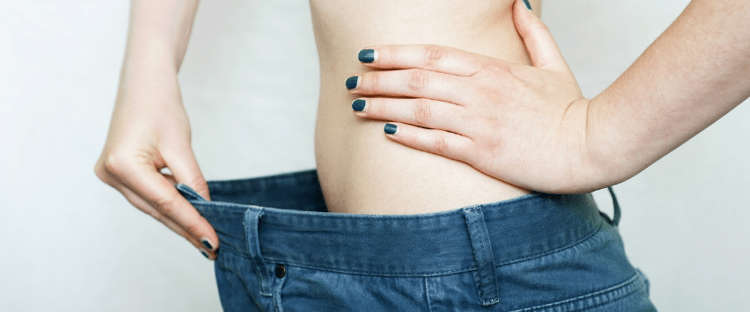 Schlanke Frau in zu Großer Hose nach Crash Diät